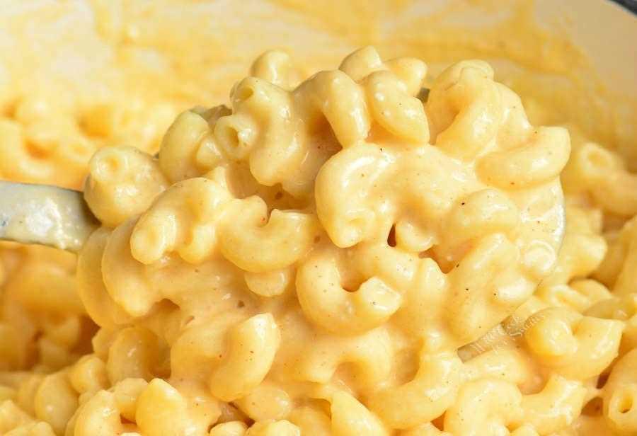 Fácil receita de macarrão com queijo. Macarrão e queijo perfeitamente cremoso e extravagante que leva apenas 30 minutos para preparar no fogão. Existem três tipos de queijo nesta receita para obter o melhor sabor e cremosidade. #pasta # jantar #macandcheese #macaroni #easy