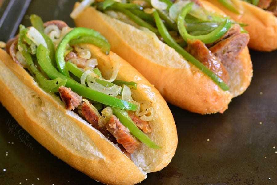 """Philly Cheese """"Steak"""" Salchichas Hoagies. Combinación clásica de queso Provolone, pimientos y cebolla mezclados con salchicha italiana y servidos con un rollo de hoagie fresco. # salchicha #hoagies # parrilla # sandwich # philly"""
