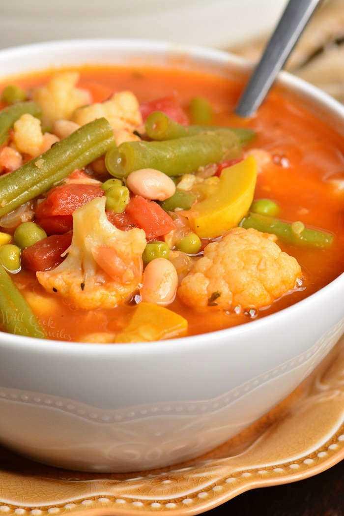 La sopa de verduras es saludable, abundante y muy fácil de hacer en unos 30 minutos. Esta sopa está cargada con muchas verduras frescas y frijoles blancos. #saludable #soup #vegetables #vegetablesoup