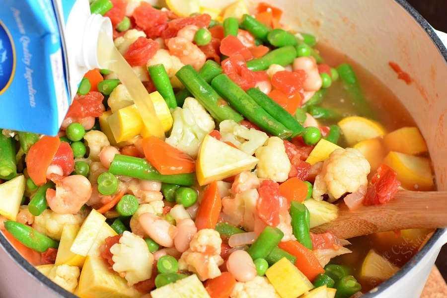 La sopa de frijoles y vegetales es saludable, abundante y muy fácil de preparar en aproximadamente 30 minutos. Esta sopa está cargada con muchas verduras frescas y frijoles blancos. #saludable #soup #vegetables #vegetablesoup