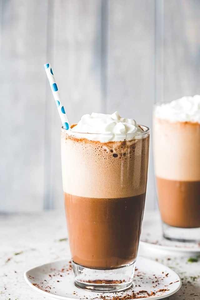 """Receita de Frappe: Uma deliciosa bebida de café gelado feita com café expresso e leite. Nossa versão caseira rica e cremosa é super fácil de fazer e tem um sabor mil vezes melhor! """"width ="""" 640 """"height ="""" 960"""