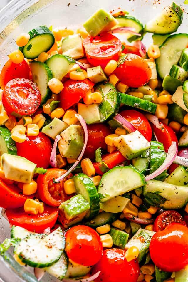 """Ensalada de maíz y aguacate con tomate """"width ="""" 640 """"height ="""" 960 """"data-pin-description ="""" Ensalada de maíz con aguacate y tomate con vinagreta de lima y comino - Ensalada de verano simple, deliciosa y refrescante llena de maíz, pepino, tomate, aguacate y ¡una llovizna de la mejor vinagreta de lima y comino! # maíz # aguacate # ensaladas # vegetariano"""