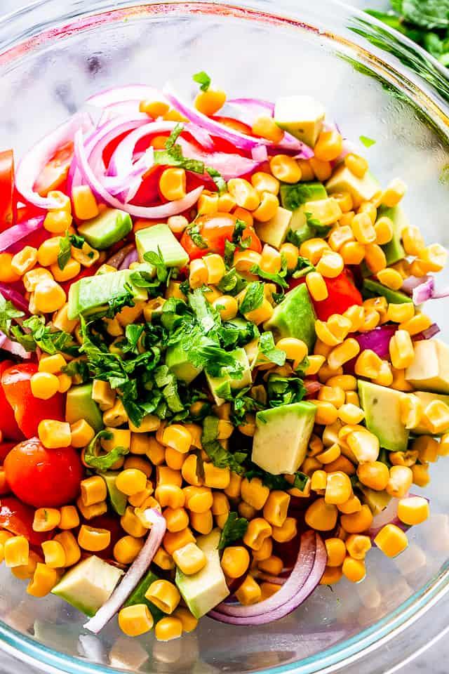 """Ensalada de maíz """"width ="""" 640 """"height ="""" 960 """"data-pin-description ="""" Ensalada de maíz con aguacate y tomate con vinagreta de lima y comino - Ensalada de verano simple, deliciosa y refrescante llena de maíz, pepino, tomate, aguacate y una llovizna de la mejor vinagreta de lima y comino! # maíz # aguacate # ensaladas # vegetariano"""