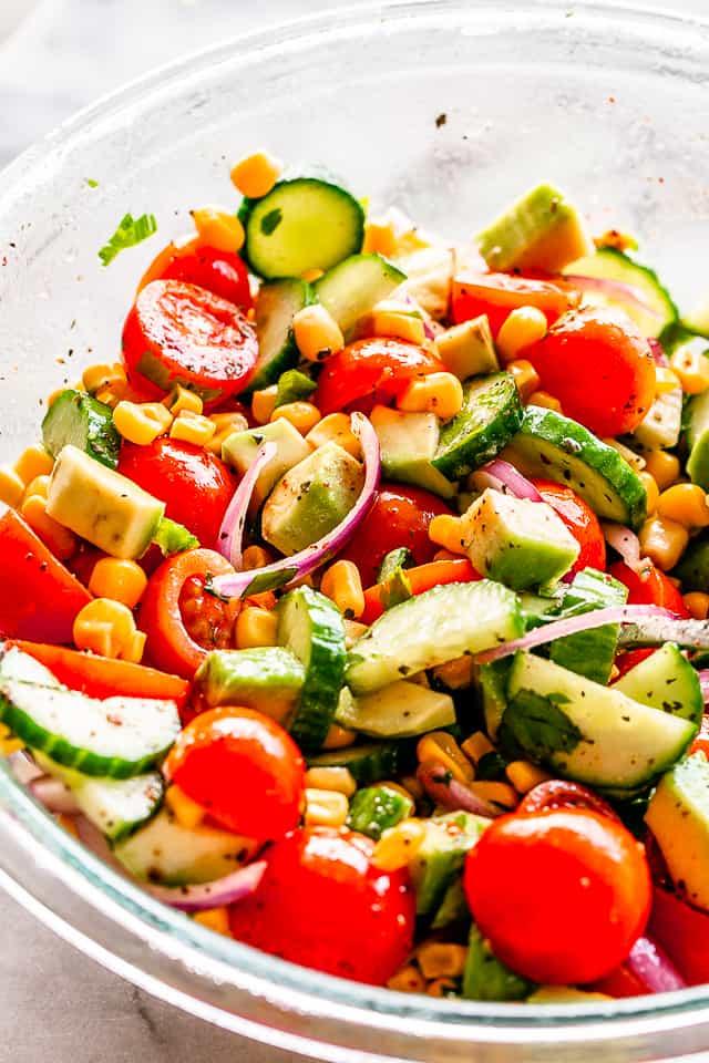 """Ensalada de maíz con vinagreta de lima y comino """"width ="""" 640 """"height ="""" 960 """"data-pin-description ="""" Ensalada de maíz con aguacate y tomate con vinagreta de lima y comino - Ensalada de verano simple, deliciosa y refrescante, llena de maíz, pepino, tomate, aguacate y una llovizna de la mejor vinagreta de lima y comino! # maíz # aguacate # ensaladas # vegetariano"""
