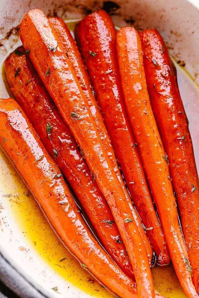 """zanahorias asadas en un plato para servir. """"ancho ="""" 640 """"altura ="""" 960 """"data-pin-description ="""" ¡Las zanahorias asadas de arce son muy fáciles de hacer y son absolutamente deliciosas! Caramelizados en un glaseado dulce y mantecoso de jarabe de arce, son el acompañamiento perfecto para sus cenas navideñas, pero lo suficientemente simples para las comidas de la semana. # zanahorias tostadas # días festivos"""