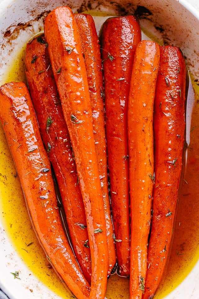 """zanahorias asadas con arce en un plato blanco. """"width ="""" 640 """"height ="""" 960 """"data-pin-description ="""" ¡Las zanahorias asadas con arce son muy fáciles de hacer y son absolutamente deliciosas! Caramelizados en un glaseado dulce y mantecoso de jarabe de arce, son el acompañamiento perfecto para sus cenas navideñas, pero lo suficientemente simples para las comidas de la semana. # zanahorias tostadas # días festivos"""