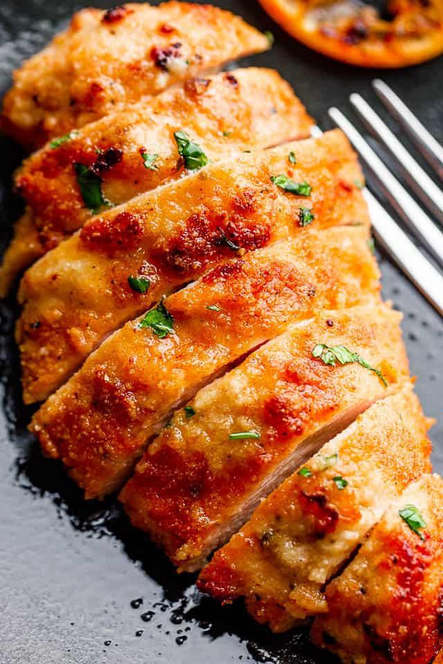 """pollo frito en rodajas en un plato negro """"width ="""" 640 """"height ="""" 960 """"data-pin-description ="""" Air Fryer Fried Chicken - ¡Pechugas de pollo frito crujientes, jugosas y deliciosas cocinadas en la Air Fryer! Marinado en suero de leche y cubierto con migas de panko de cerdo, a toda la familia le encantará este delicioso pollo frito."""