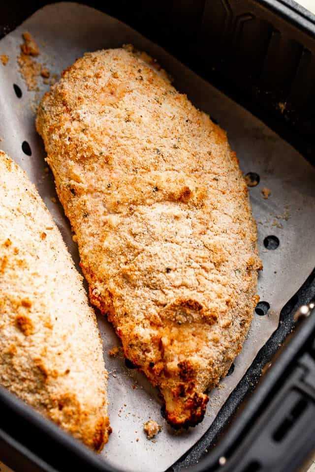 """pechugas de pollo cubiertas con panko de suero de leche """"width ="""" 640 """"height ="""" 960 """"data-pin-description ="""" Air Fryer Fried Chicken - ¡Pechugas de pollo frito crujientes, jugosas y deliciosas cocinadas en la Air Fryer! Marinado en suero de leche y cubierto con migas de panko de cerdo, a toda la familia le encantará este delicioso pollo frito."""