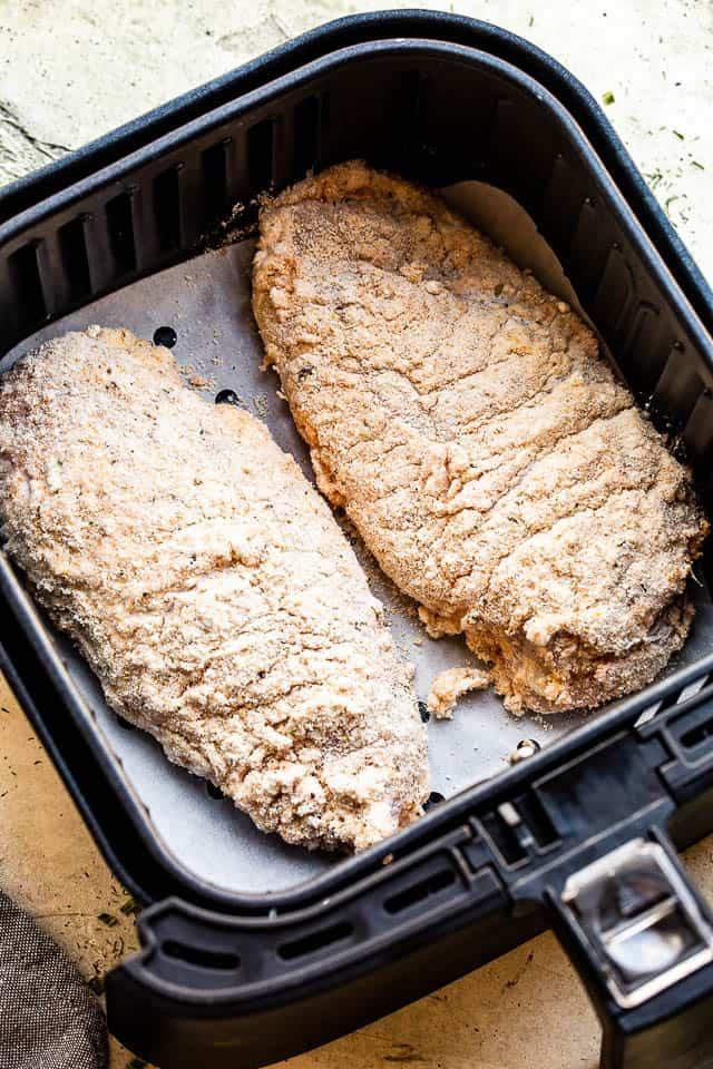 """pechugas de pollo marinadas con suero de leche """"width ="""" 640 """"height ="""" 960 """"data-pin-description ="""" Air Fryer Fried Chicken - ¡Pechugas de pollo frito crujientes, jugosas y deliciosas cocinadas en la Air Fryer! Marinado en suero de leche y cubierto con migas de panko de cerdo, a toda la familia le encantará este delicioso pollo frito."""
