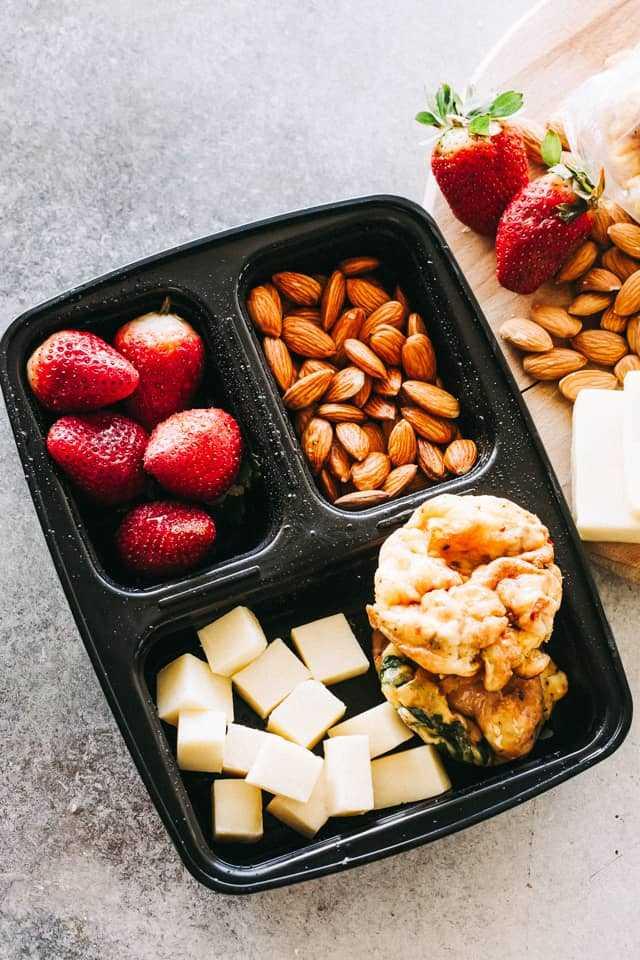 """Breakfast Mep Prep con Egg Muffins """"width ="""" 640 """"height ="""" 960 """"data-pin-description ="""" Breakfast Egg Muffins: fácil, bajo en carbohidratos y apto para congeladores Keto Breakfast Egg Muffins es un desayuno saludable perfecto para las personas la ida. Agregue las verduras que desee, mezcle con huevos y queso, ¡y hornee! #eggmuffins #ketorecipe #lowcarb #healthybreakfast a través de @diethood"""