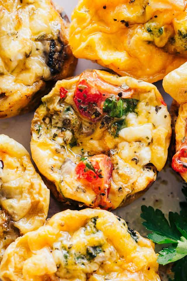 """Muffins de huevo - Keto Breakfast """"width ="""" 640 """"height ="""" 960 """"data-pin-description ="""" Muffins de huevo Breakfast - Los muffins de huevo Keto Breakfast fáciles de usar, bajos en carbohidratos y congeladores son el desayuno saludable perfecto para las personas que se encuentran en el Vamos. Agregue las verduras que desee, mezcle con huevos y queso, ¡y hornee! #eggmuffins #ketorecipe #lowcarb #healthybreakfast a través de @diethood"""