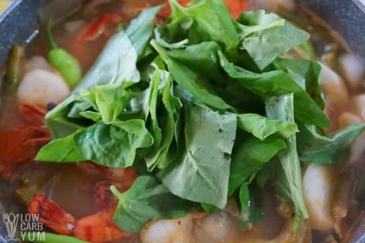 Agregar espinacas a la sopa filipina