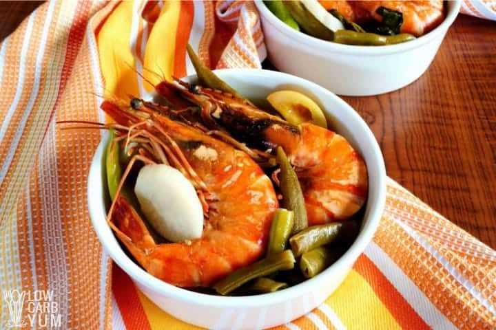 Plato de camarones sinigang sopa filipina