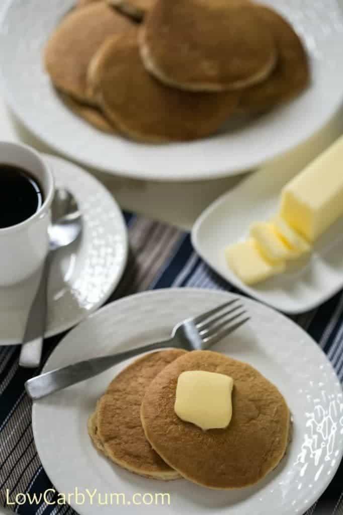 Tortitas de harina de almendras bajas en carbohidratos con mantequilla