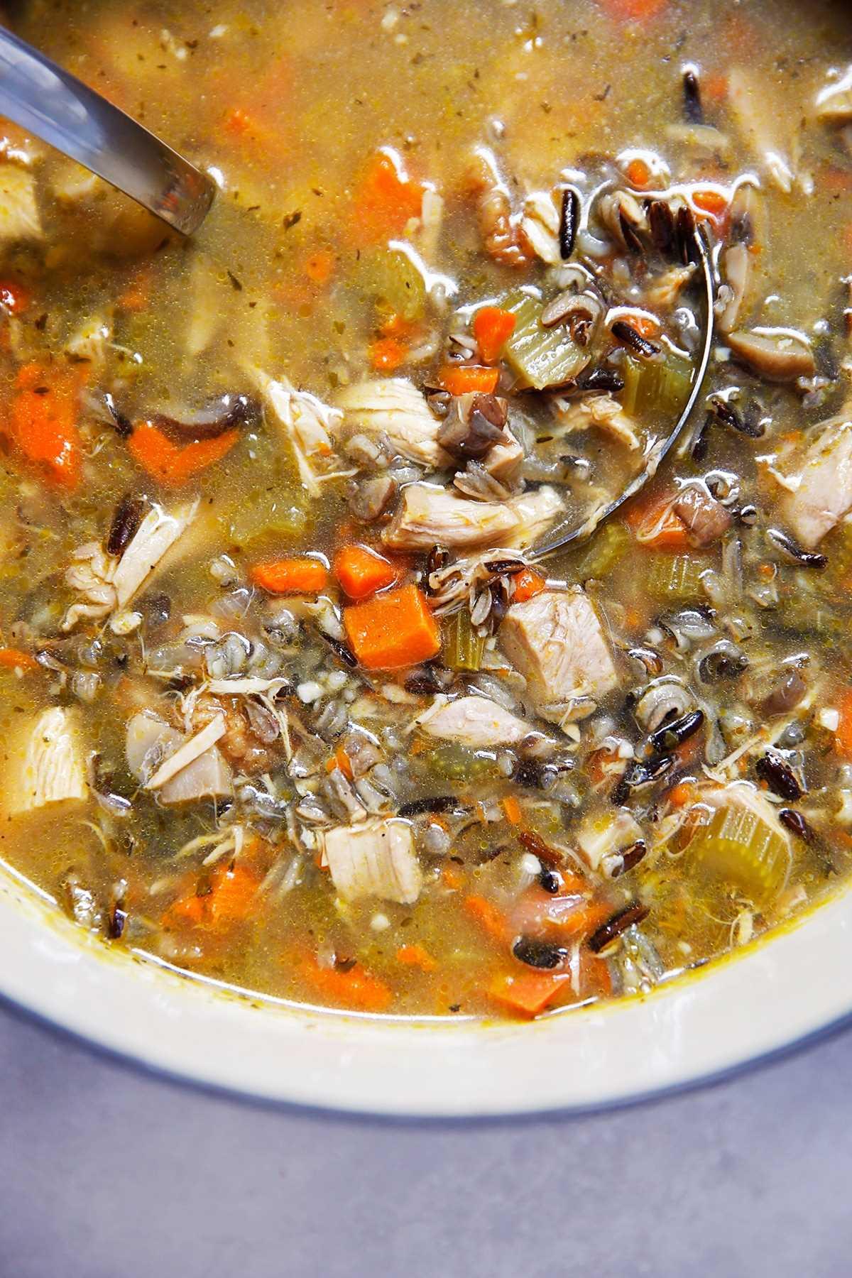 Restos de peru e sopa de arroz selvagem