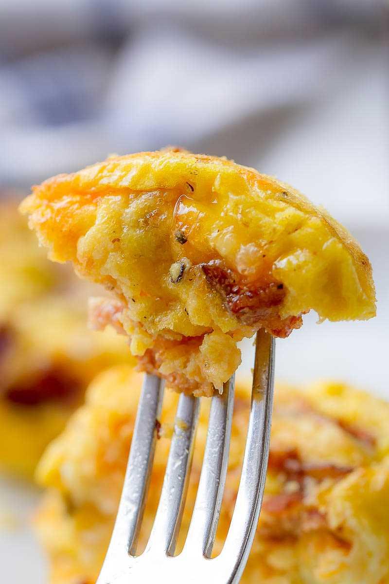 Muffins de ovo com bacon e queijo - com pouco carboidrato e com alto teor de proteínas - o café da manhã perfeito para preparar.