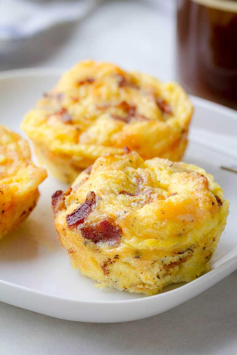 Muffins de ovo com bacon e queijo: baixo teor de carboidratos e alto teor de proteínas - o café da manhã perfeito para se preparar.