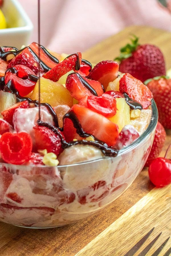 "Fudge de chocolate se rocía sobre la ensalada de pastel de queso con banana ""class ="" lazyload wp-image-37988 ""srcset ="" https://i2.wp.com/homemadeinterest.com/wp-content/uploads/2019/07/Banana-Split -Cheesecake-Salad_2.jpg 600w, https://i2.wp.com/homemadeinterest.com/wp-content/uploads/2019/07/Banana-Split-Cheesecake-Salad_2-300x450.jpg 300w ""datos-tamaños ="" (ancho máximo: 600px) 100vw, 600px"