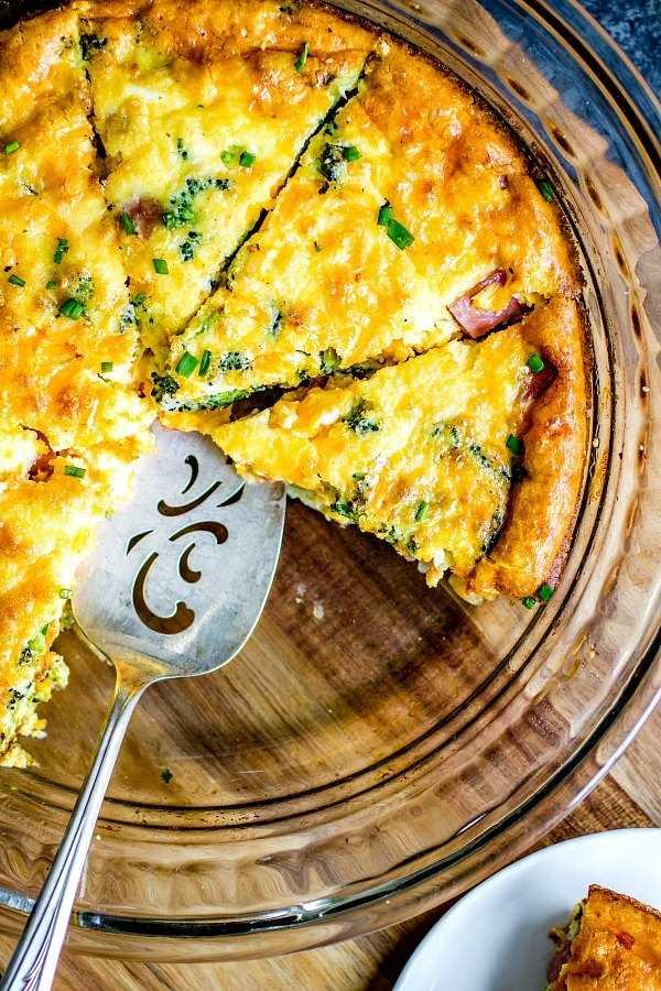 quiche de ceto com presunto, queijo, brócolis