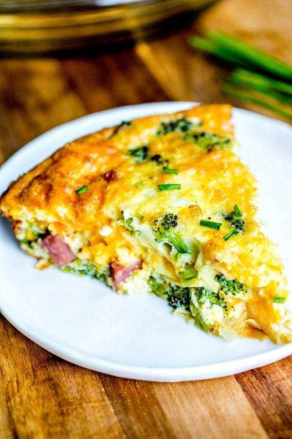 quiche de baixo carboidrato com presunto, queijo e brócolis