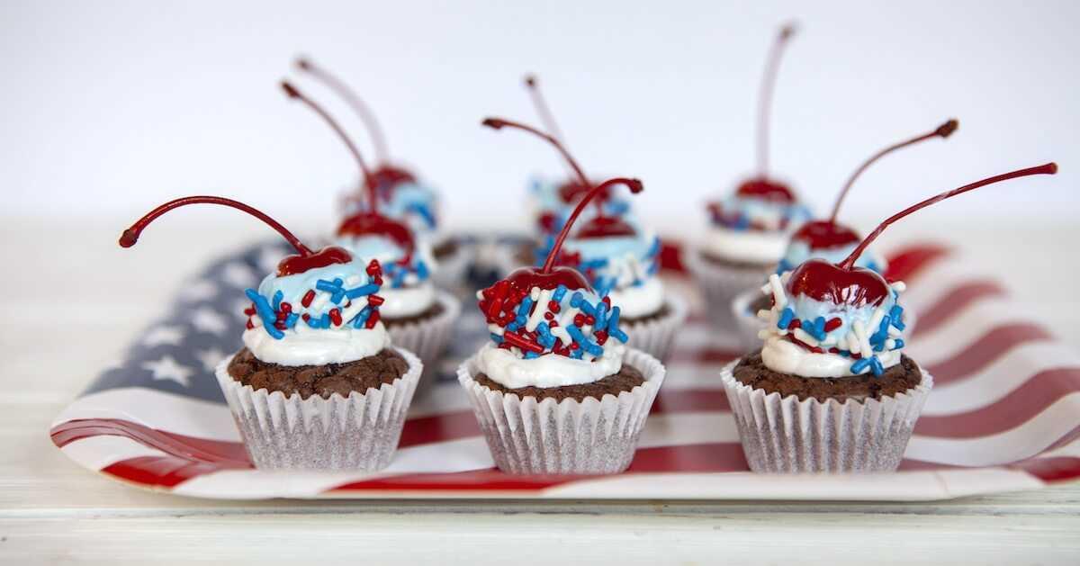 ¡Agregue un * POP * a su fiesta del 4 de julio o del Día de los Caídos con estos coloridos Mini Cupcakes Bomb Bomb Rojo Rojo y Azul! Haga clic para ver las instrucciones paso a paso de la foto.