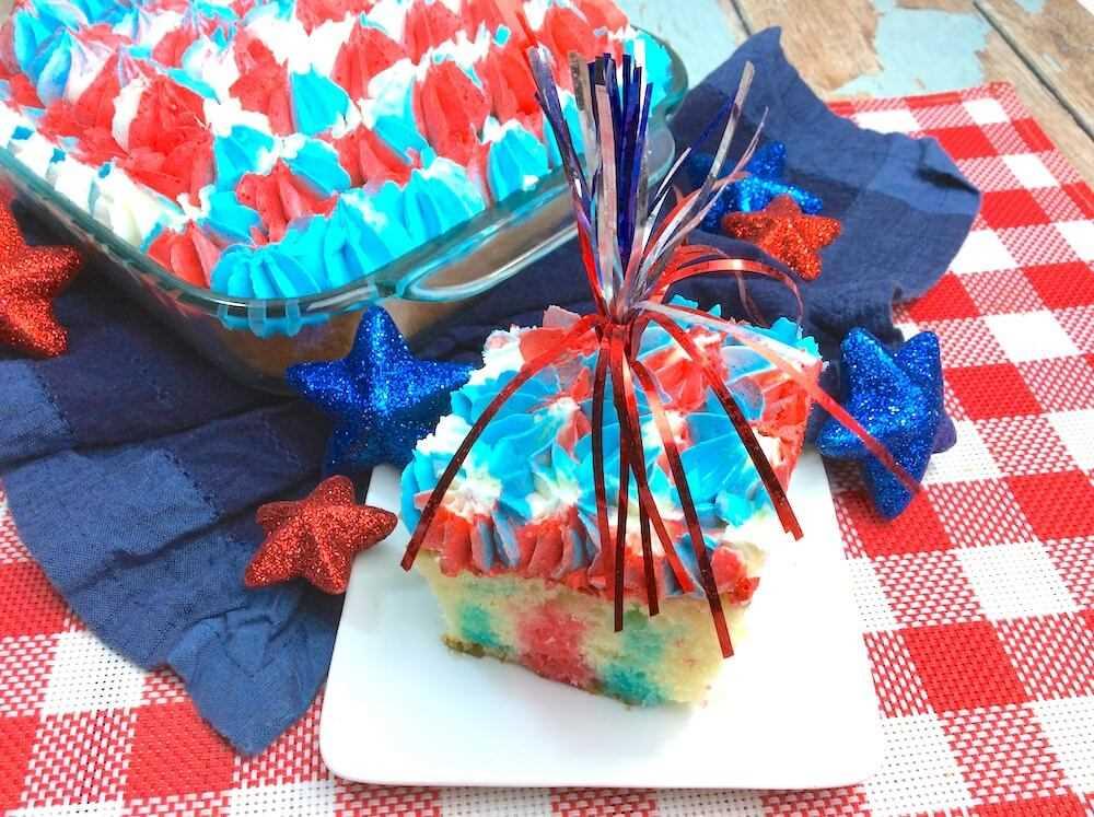 ¡Este impresionante pastel de gelatina roja, blanca y azul está garantizado para ser la estrella de la fiesta! El postre patriótico perfecto para el Día de los Caídos o el 4 de julio.
