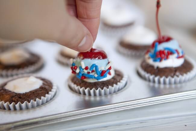 Cupcakes patrióticos de brownie cubiertos con cerezas