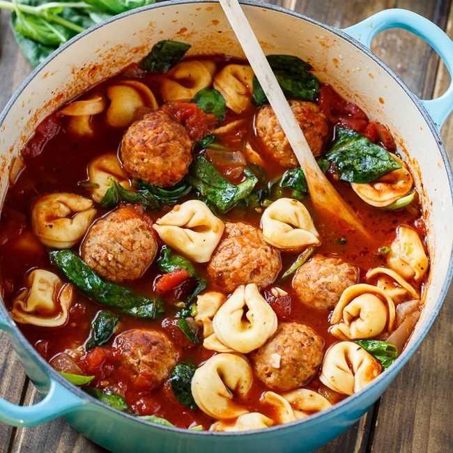 Sopa de albóndigas y tortellini con espinacas.