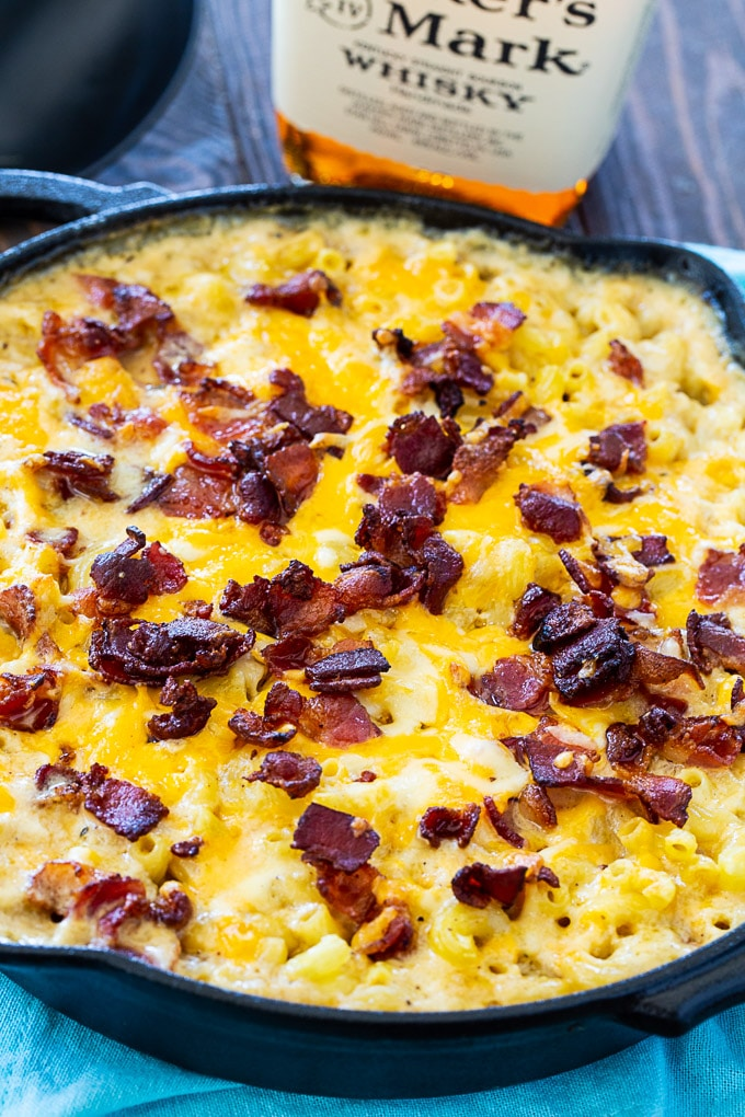 Bourbon and Bacon Mac and Cheese en sartén de hierro fundido