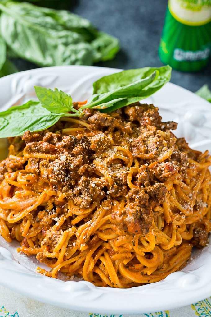 Spaghetti de queso crema instantáneo con carne molida