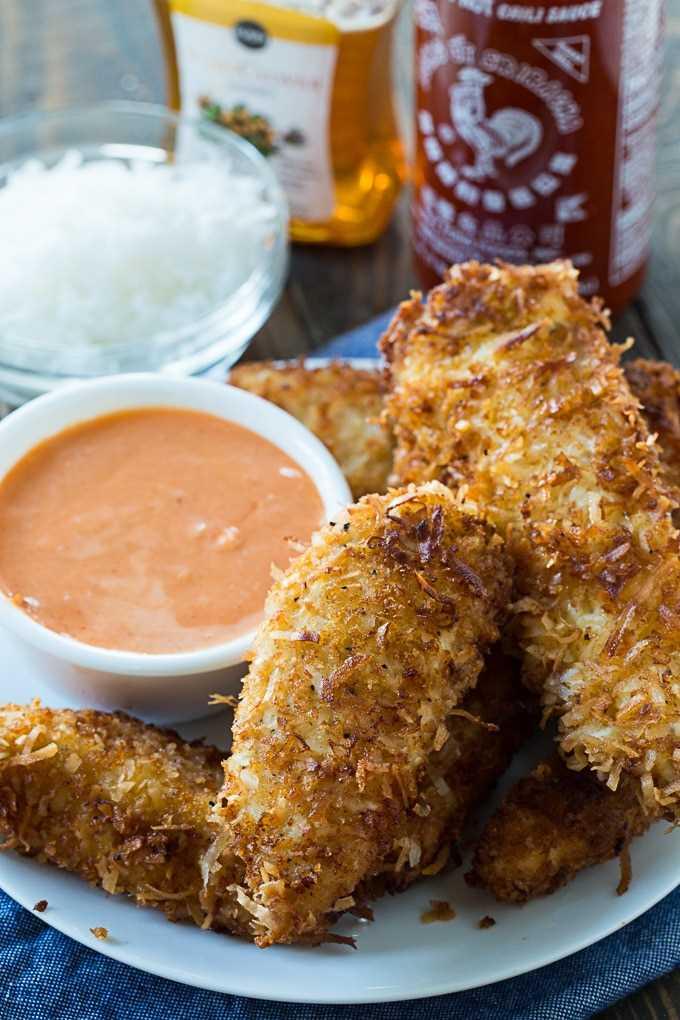 Dedos de pollo al coco con salsa