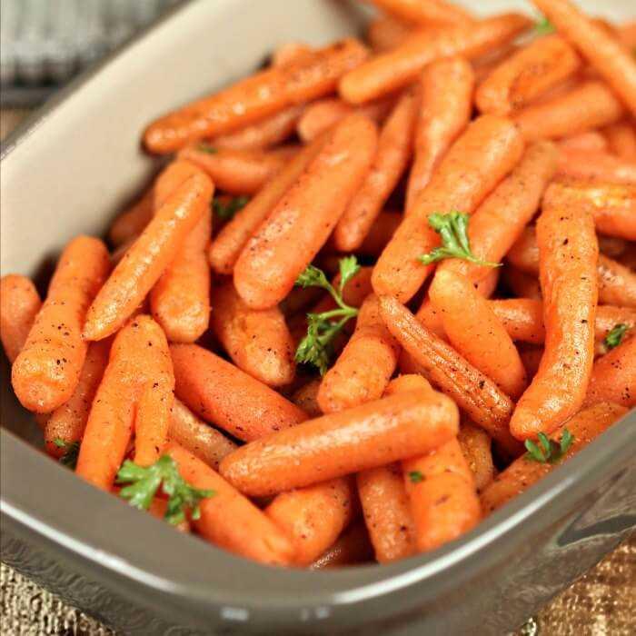 Pruebe esta receta fácil de zanahorias asadas que le encantará a toda su familia. Nos encantan los acompañamientos fáciles y este también es económico. ¡Las zanahorias son tan tiernas!