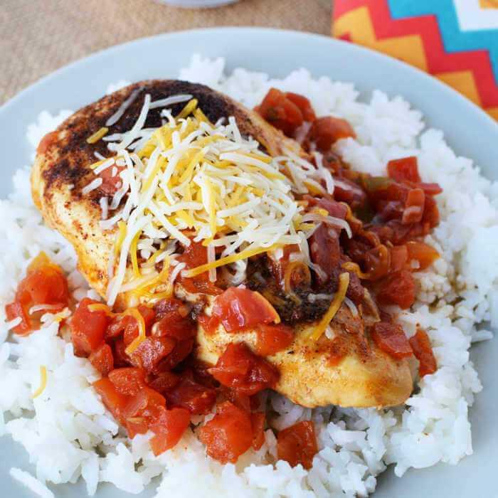La receta de sartén de pollo Tex Mex es muy fácil de hacer y tiene toneladas de sabor del sudoeste. Disfrute con arroz para una comida rápida en 20 minutos que a su familia le encantará.