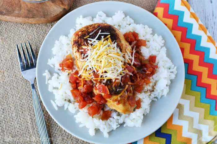 """La receta de sartén de pollo Tex Mex es muy fácil de hacer y tiene toneladas de sabor del sudoeste. Disfrute con arroz para una comida rápida en 20 minutos que a su familia le encantará. """"Width ="""" 600 """"height ="""" 400 """"srcset ="""" https://www.eatingonadime.com/wp-content/uploads/2012/02/EASY -SKILLET-CHICKEN-TEX-MEX.jpg 700w, https://www.eatingonadime.com/wp-content/uploads/2012/02/EASY-SKILLET-CHICKEN-TEX-MEX-300x200.jpg 300w """"tamaños ="""" (ancho máximo: 600px) 100vw, 600px"""