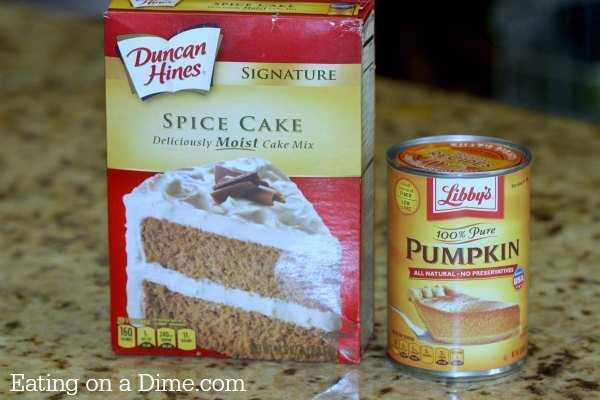Procurando receitas de abóbora? Experimente esta receita fácil de cupcake de abóbora, onde você só precisa de 2 ingredientes para uma deliciosa receita de cupcake. Eles têm um sabor incrível!