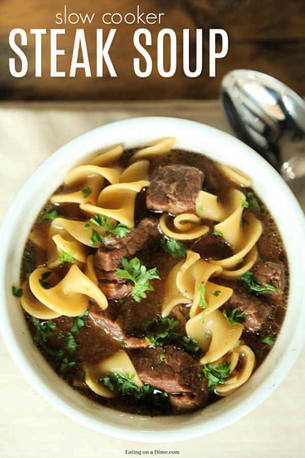 """La receta de sopa de bistec de cocción lenta es la sopa perfecta para dejar a todos satisfechos. La sopa Crock Pot Steak es abundante y deliciosa y seguramente será un éxito. """"ancho ="""" 600 """"altura ="""" 900"""