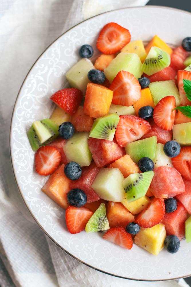 Esta receta es para una refrescante ensalada de frutas con aderezo de semillas de amapola y lima de coco. ¡Puedes usar cualquier fruta que quieras y prepararla en 5 minutos!