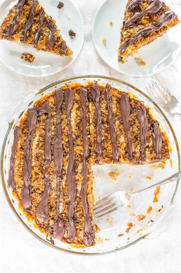 Samoa Pie junto a dos rebanadas de pastel en platos blancos