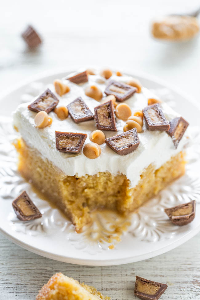 fatia de bolo de puxão de manteiga de amendoim, faltando uma mordida em um prato branco