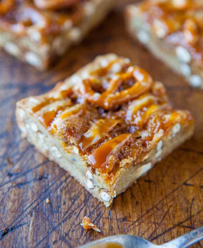 Blondies de pretzel de caramelo salgado averiecooks.com
