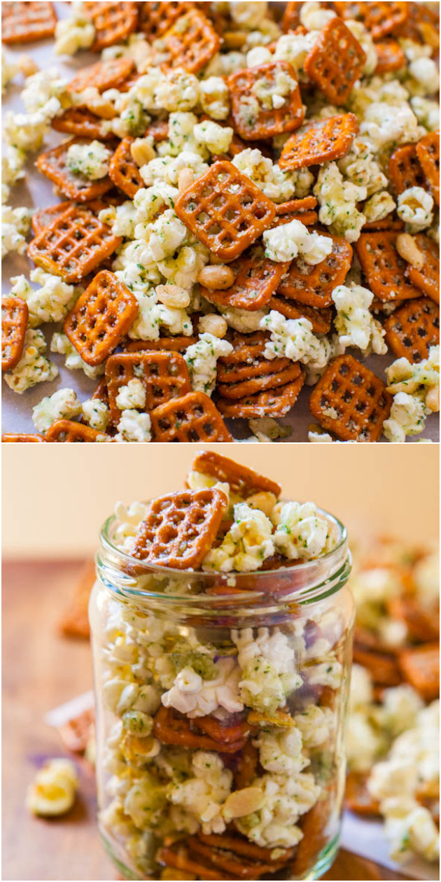 Mezcla de refrigerios de rancho parmesano: ¡pretzels, cacahuetes y palomitas de maíz mezclados con la mezcla de rancho! ¡Listo en 5 minutos y tan adictivamente bueno!