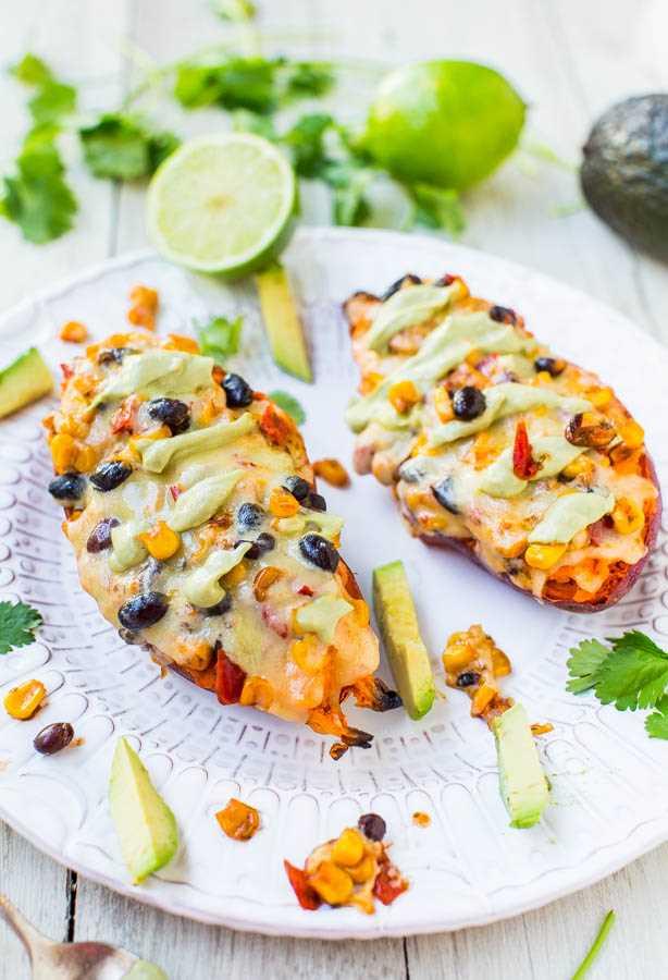 Queijo, feijão preto e batata doce recheada com creme de abacate (vegan, GF) - uma refeição saudável que é fácil, pronta em 15 minutos, satisfatória e que não tem gosto de comida saudável!