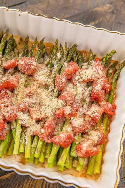 Espárragos italianos: ¡nuestra receta favorita de espárragos! ¡Un acompañamiento tan fácil! Espárragos frescos, tomates italianos cortados en cubitos, sal de ajo, pimienta, condimento italiano, parmesano y pan rallado. ¡Tan fácil! ¡Listo para comer en menos de 30 minutos! Va con todo: pollo, cerdo, filete, guisos, pastas. Ideal para un plato de acompañamiento fácil durante la noche, comidas al aire libre y cenas. ¡Tan bueno! # espárragos # sidedish #vegetable
