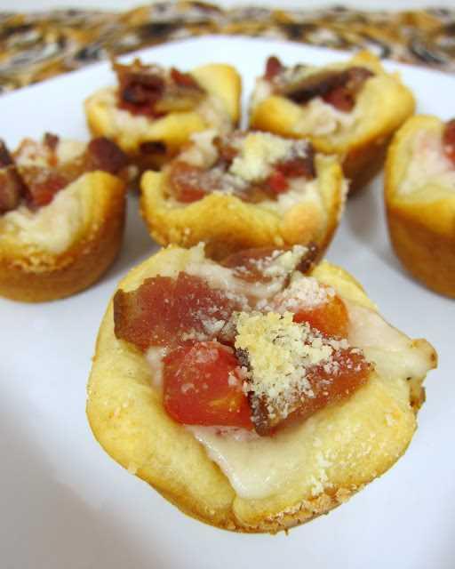Kentucky Hot Brown Bites: pavo, tocino, tomate y salsa de mornay horneados en un mini molde para muffins, ¡perfecto para sus fiestas del Día del Derby y los restos de pavo festivo!