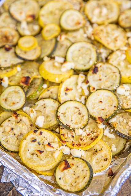 Receta griega horneada de calabaza y queso feta: ¡guarnición simple que sabe deliciosa! Listo para el horno en minutos. ¡Genial con pollo a la parrilla, carne de cerdo, bistec e incluso pasta! Calabaza amarilla, calabacín, aceite de oliva, condimento griego y queso feta. ¡Hacemos esto todo el tiempo! ¡Mmm! #vegetables #squash #sidedish