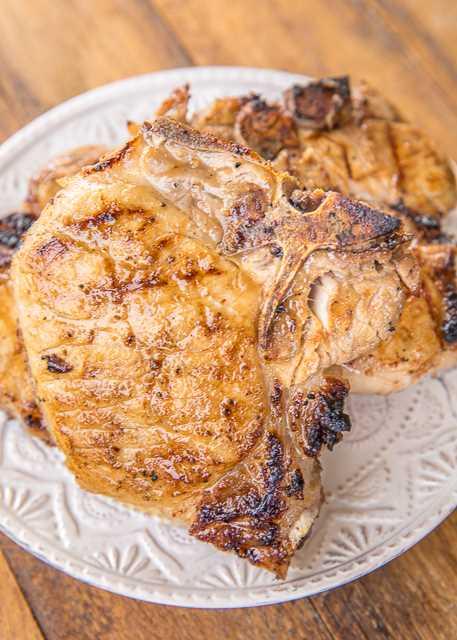 Receta de chuletas de cerdo a la parrilla dulce y picante: chuletas de cerdo marinadas en vinagre de sidra, mostaza dijon, ajo, jugo de limón, jugo de lima, sal, pimienta y azúcar morena. ¡EL MEJOR! ¡Hacemos esto al menos dos veces al mes! Puede dejar que las chuletas de cerdo se marinen toda la noche en el refrigerador. Son mejores cuanto más tiempo se marinan. ¡Estas son nuestras chuletas de cerdo favoritas de todos los tiempos! #grilling #pork #chorkchops #grill