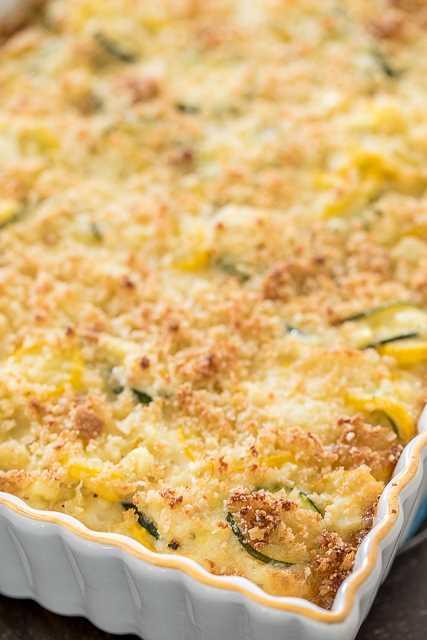 Cazuela de calabacín, calabaza y maíz: ¡nuestra guarnición favorita! Calabacín, calabaza, maíz, cebolla, ajo, queso cheddar blanco, crema agria, mayonesa, huevos, pan rallado y queso parmesano. En serio LO MEJOR !!! Estupendo plato de acompañamiento. ¡Perfecto para todas tus comidas, comidas al aire libre y comidas festivas! # cazuela # calabacín # calabaza # maíz # guarnición # comida congelada