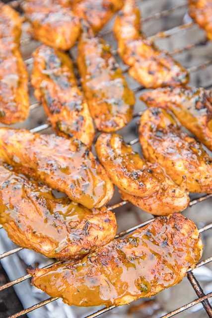 Georgia Gold BBQ Chicken - realmente delicioso !!! Pollo a la parrilla bañado en una deliciosa salsa casera de miel, mostaza y barbacoa. Mostaza amarilla, mostaza dijon, vinagre de sidra, melaza, miel, mantequilla, salsa inglesa, ajo en polvo, pimienta negra, cebolla en polvo, pimienta de cayena, orégano y sal sazonada. Puede preparar salsa BBQ con anticipación y refrigerar hasta que esté listo para cocinar el pollo. ¡Esto es INCREÍBLE! ¡Perfecto para tu próxima comida al aire libre! #grilling #bbqsauce #grilledchicken