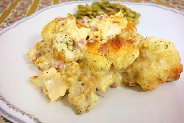 Pollo Cordon Bleu Bubble Up - loco delicioso !!! Gran cacerola entre semana! Pollo, suizo, jamón, salsa Alfredo con galletas refrigeradas. ¡Todos limpiaron su plato y pidieron segundos! ¡Incluso nuestros comedores súper exigentes! ¡Esto va a la rotación de la cena! ¡Mmm!