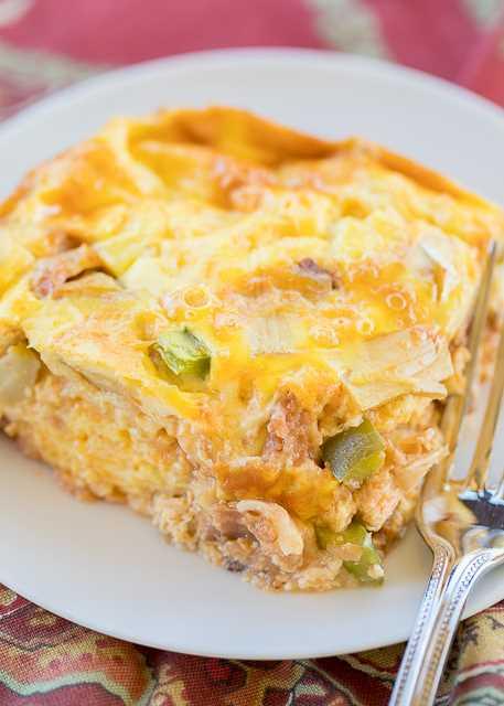 Western Omelet Casserole: perfecto para el desayuno, el almuerzo o la cena. Jamón, cebolla, pimiento, alcachofas, salsa, huevos, crema agria y queso. Sin corteza, por lo que es una excelente opción baja en carbohidratos. ¡Solo 4.5 puntos de Weight Watcher por porción! # cazuela #omelet #breakfast